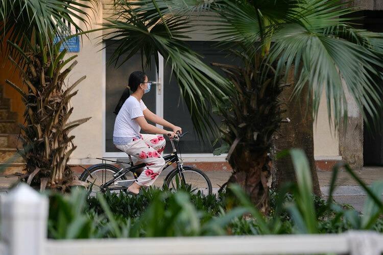 Une fille fait du vélo dans la rue Truc Bach, l'une de ses rares options pour tuer le temps, le 7 mars 2020. Photo de VnExpress / Giang Huy.